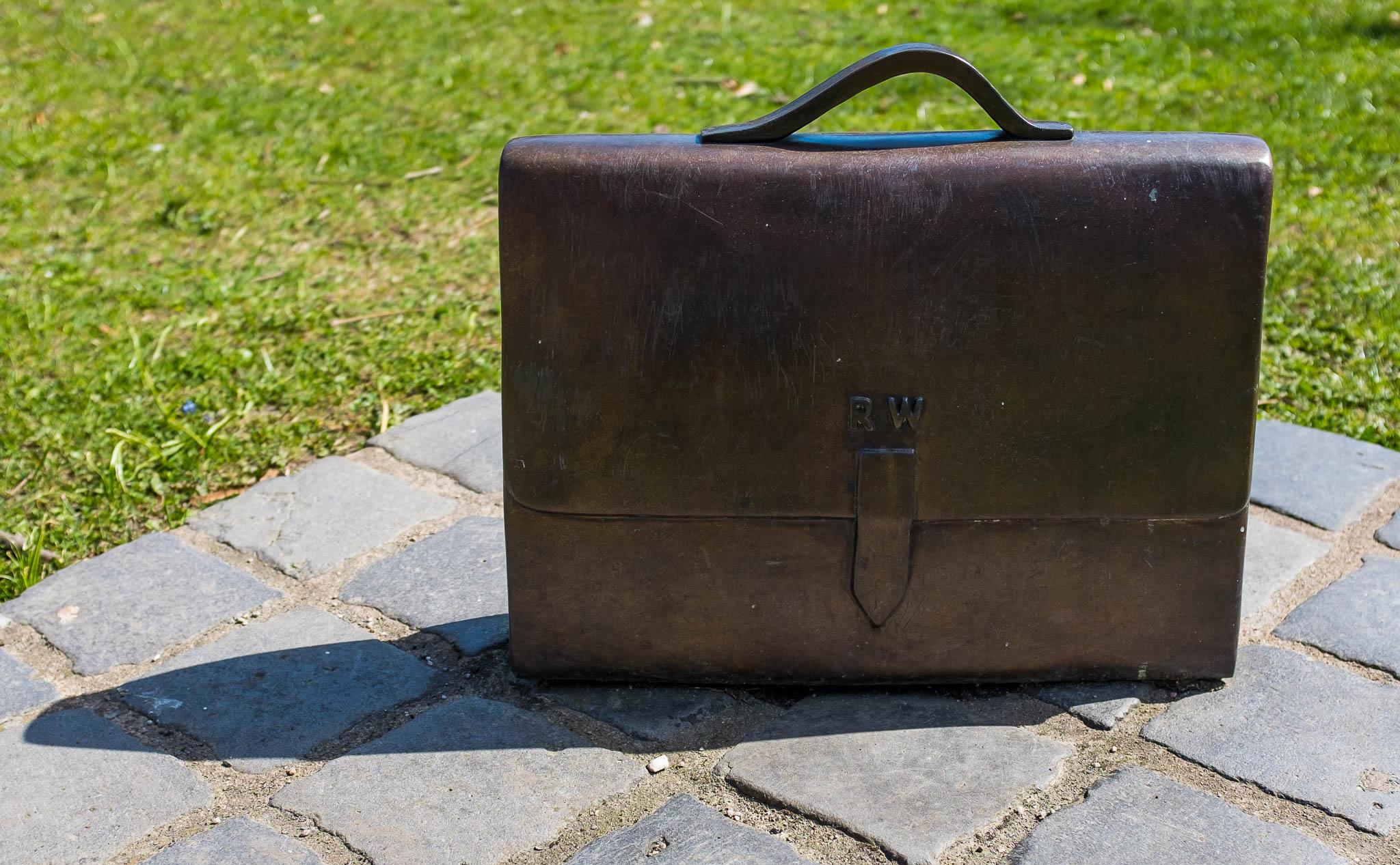 """Wallenbergmonumentet """"Hope"""" i New York av Ulla Kraitz. har initialerna RW. Med väskan, som har initialerna RW, vill Kraitz visa Raoul Wallenbergs humanitära insatser."""